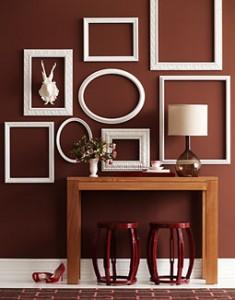 Mit alten leeren bilderrahmen w nde dekorieren rahmen - Decorer un mur avec des cadres photos ...